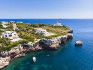 Spagna, Maiorca, Portocolom, Punta de ses Crestes, Baia di Portocolom, Faro — Foto stock