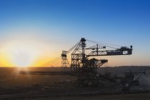 Allemagne, Rhénanie-du-Nord-Westphalie, Juechen, mine de surface Garzweiler, gerbeur pendant la réparation au coucher du soleil — Photo de stock