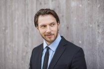 Retrato de empresário confiante na parede de concreto — Fotografia de Stock