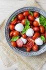 Італійська кухня, Капрезе, моцарела та томати та базилік — стокове фото