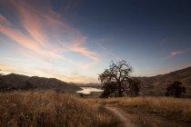 États-Unis, Californie, Lac Kaweah dans la soirée avec ciel couchant — Photo de stock
