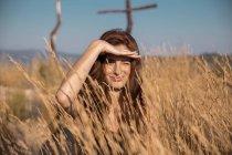 Giovane donna in campagna guardando la distanza — Foto stock