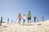 Países Bajos, Zandvoort, familia feliz corriendo en la playa - foto de stock