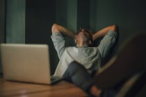 Уставший человек сидит в офисе, работает допоздна в стартап-компании — стоковое фото