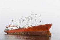 Намибия, Уолвис-Бей, красный грузовой корабль — стоковое фото