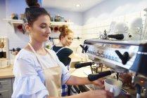 Femme barista faire du café dans un café — Photo de stock