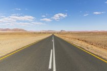 Africa, Namibia, Namib desert, Naukluft National Park, empty road to Sossusvlei — Stock Photo