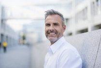 Portrait d'homme d'affaires souriant aux cheveux gris et à la barbe — Photo de stock
