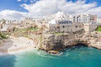 Italia, Puglia, Polognano a Mare, vista sulla spiaggia e sulla città — Foto stock