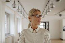 Портрет улыбающейся деловой женщины в офисе — стоковое фото