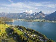 Autriche, Salzkammergut, Sankt Wolfgang, Vue aérienne du lac Wolfgangsee — Photo de stock