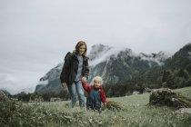 Austria, Vorarlberg, Mellau, mamma e bambino in gita in montagna — Foto stock