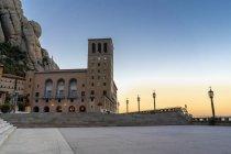 Spanien, Katalonien, Montserrat, Abtei Santa Maria de Montserrat am Abend — Stockfoto
