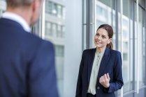 Retrato de mulher de negócios sorridente cara a cara com parceiro de negócios — Fotografia de Stock