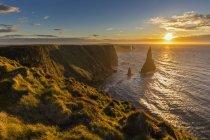 Royaume-Uni, Écosse, Caithness, Côte de Duncansby Head, Duncansby Stacks au lever du soleil — Photo de stock