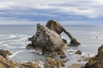 Royaume-Uni, Écosse, Portknockie, arc naturel Bow Fiddle Rock — Photo de stock