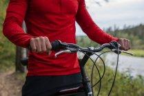 Крупним планом спортсмена гірський велосипед на природі, приймаючи перерву — стокове фото
