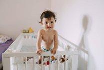 Retrato de niña feliz en cuna - foto de stock