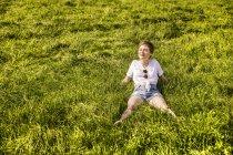 Mulher no campo desfrutando da luz solar — Fotografia de Stock