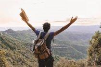 Испания, Барселона, Монсеррат, вид сзади туриста с рюкзаком на вид — стоковое фото