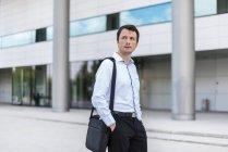 Ritratto di uomo d'affari in città — Foto stock
