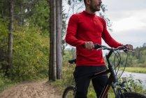 Спортсмен гірських велосипедах в природі, приймаючи перерву — стокове фото