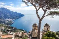 Italia, Campania, Costa Amalfitana, Ravello, vista de la Costa Amalfitana con la iglesia de Santa Maria delle Grazie frente al mar Mediterráneo — Stock Photo