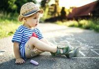 Criança sonhando acordado menino sentado na rua — Fotografia de Stock