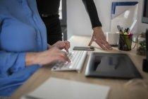 Gros plan de deux collègues travaillant ensemble au bureau — Photo de stock