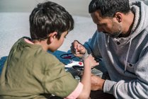 Padre e figlio riparare drone — Foto stock