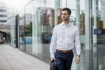 Young businessman in the city on the go — Stock Photo