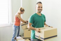 Couple déménageant dans la maison — Photo de stock