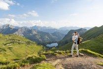 Alemania, Baviera, Oberstdorf, madre e hija pequeña en una caminata por las montañas - foto de stock