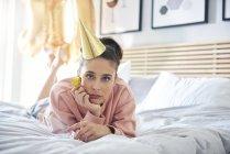 Портрет скучающей и грустной женщины во время дня рождения в постели — стоковое фото