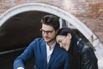 Italia, Venezia, felice coppia affettuosa in città — Foto stock