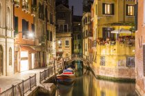 Italy, Venice, Canal and houses at night — Stock Photo