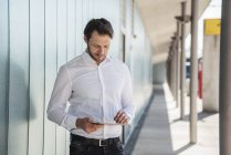 Homme d'affaires utilisant la tablette à l'extérieur — Photo de stock