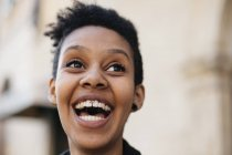 Ritratto di giovane donna ridente su sfondo sfocato — Foto stock
