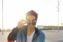 Счастливый человек в солнечных очках, портрет — стоковое фото