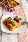 Вегетаріанське Лазанья Болоньєзе з базиліком і помідорами — стокове фото