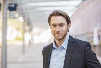Портрет уверен бизнесмен на открытом воздухе — стоковое фото