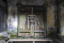 Китай, провінція Сичуань, Вульун, закритий дерев'яний портал — стокове фото