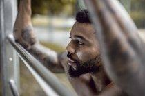 Татуйовані фізична спортсменка на спортивне поле, Крупний план — стокове фото