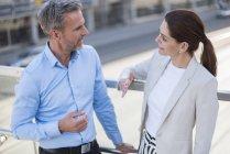 Empresarios que hablan con socios empresariales - foto de stock