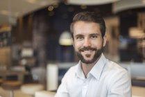 Портрет усміхнений молодий бізнесмен в кафе — стокове фото