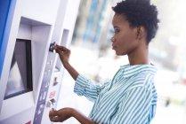 Frau am Fahrkartenautomaten — Stockfoto