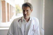 Médecin debout à l'hôpital avec stéthoscope autour du cou, portrait — Photo de stock