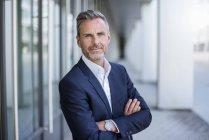 Retrato de homem de negócios usando casaco azul terno e relógio de pulso — Fotografia de Stock