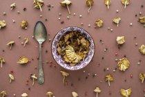 Arrangement de champignons, cuillère en argent et grains de poivre — Photo de stock