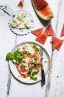 Ensalada de sandión con cebollas, feta y hojas de albahaca - foto de stock